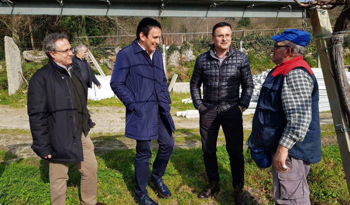 Alcalde de Crecente  visitando Vilar con el  conselleiro.