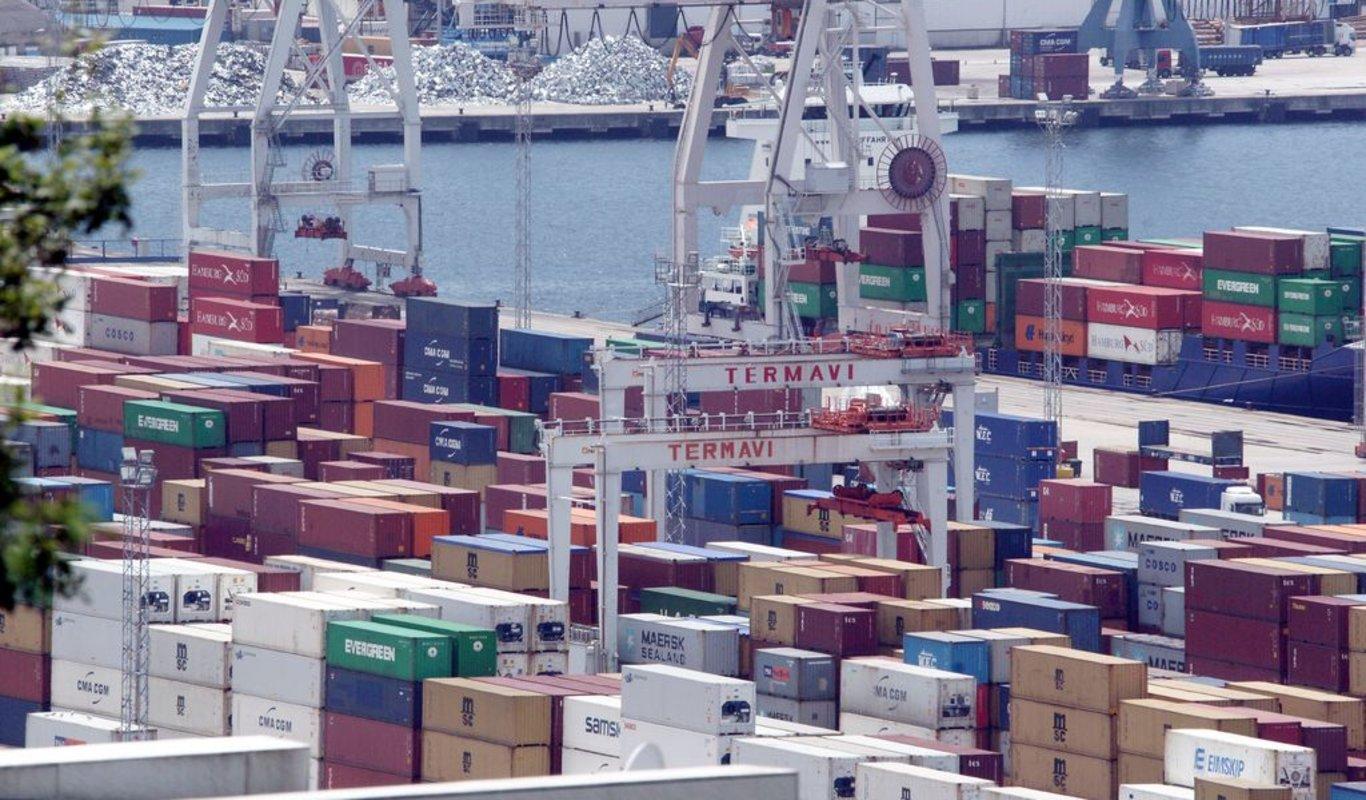 Contenedores en Guixar, entre ellos de firmas chinas de exportación.