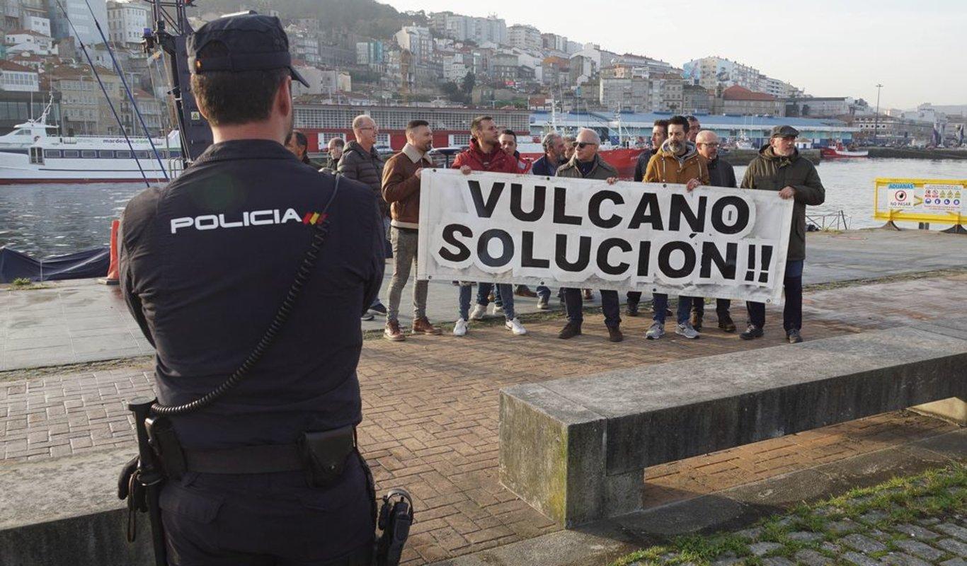 Extrabajadores de Vulcano, ayer ante el consejo del Puerto, como en otras ocasiones.