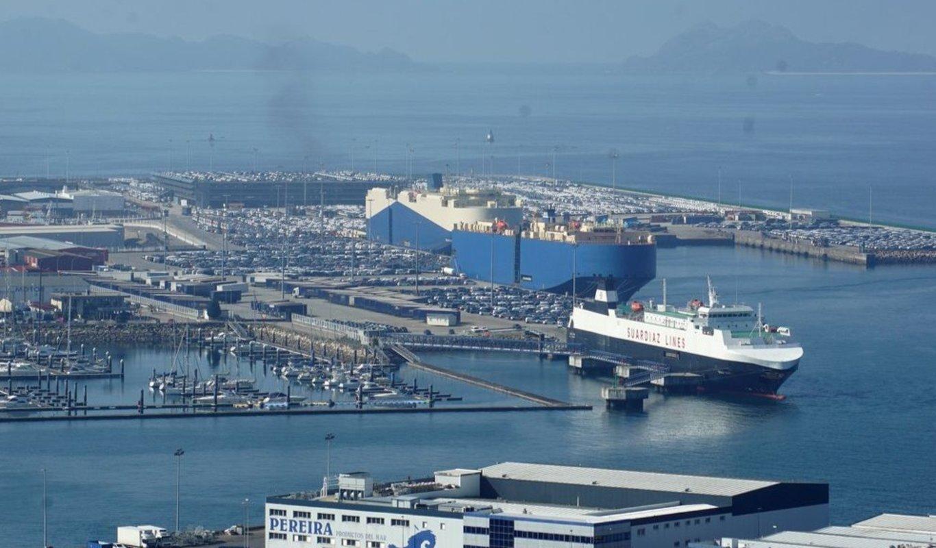 Bouzas es un mar de coches, donde operan con regularidad entre tres y cinco transbordadores, entre convencionales -de Suardiaz para la autopista del mar- y oceánicos, que pueden cargar miles de vehículos de exportación e importación.