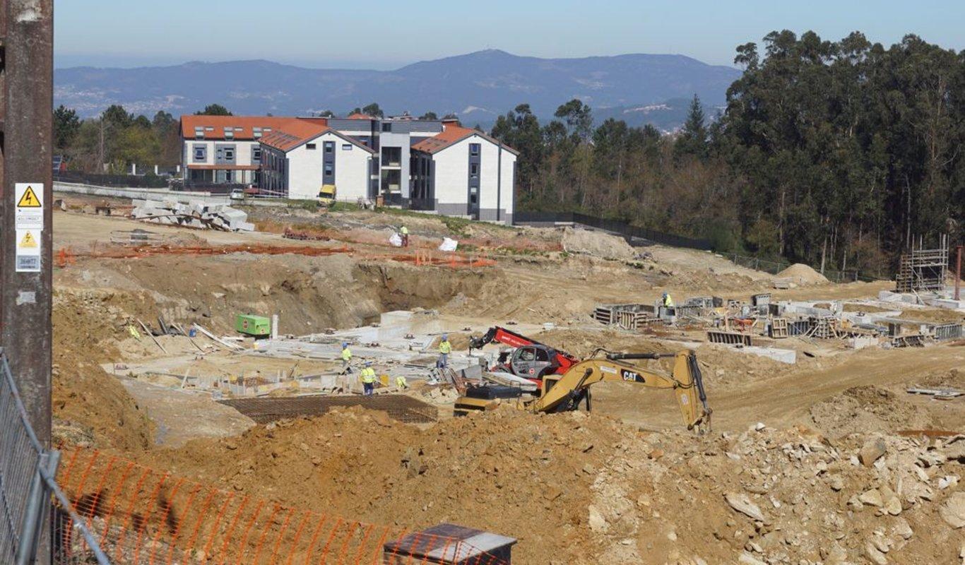 El nuevo edificio se está empezando a levantar mientras siguen los movimientos de tierra.