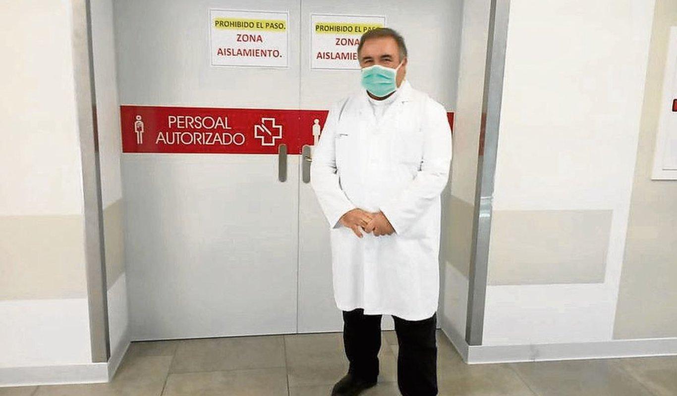 El capellán del hospital vigués, ante una zona de aislamiento.