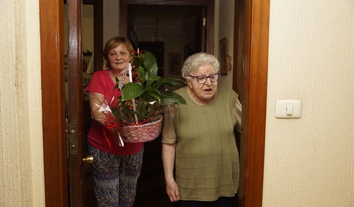 Rosa con una vecina organizadora de la sorpresa y uno de los regalos