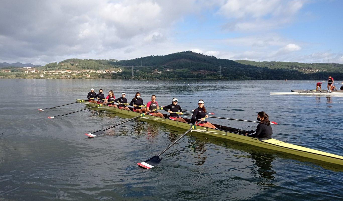 La entidad viguesa configuró la primera tripulación femenina gallega con deportistas del mismo club para un barco de ocho remeras y una patrona.