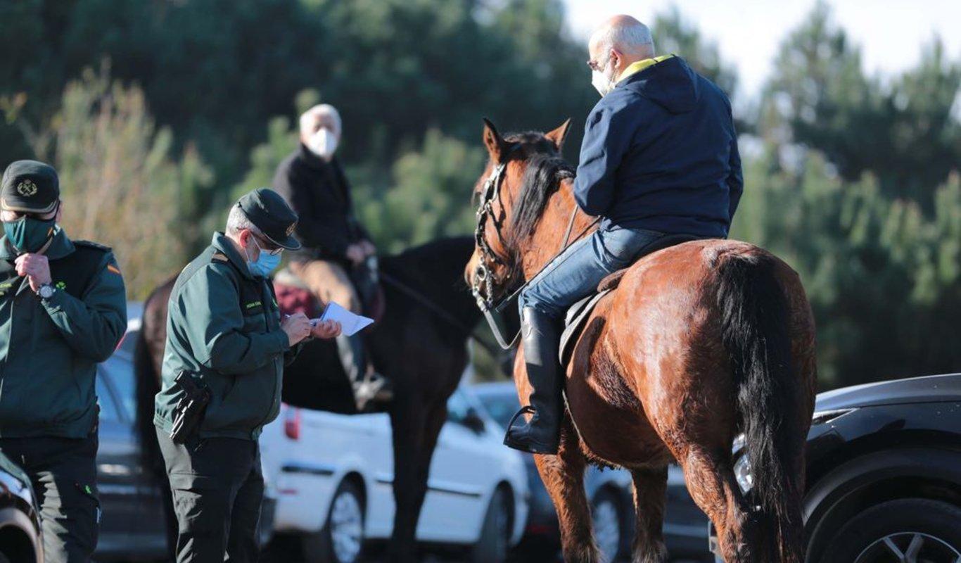 La Guardia Civil identifica a dos caballistas junto a las instalaciones.