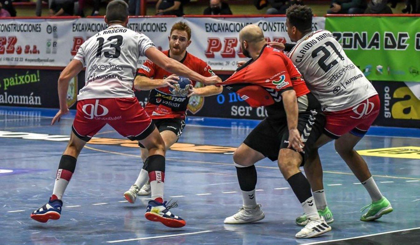Pedro Aymerich trata de superar la defensa del San Pablo Burgos.