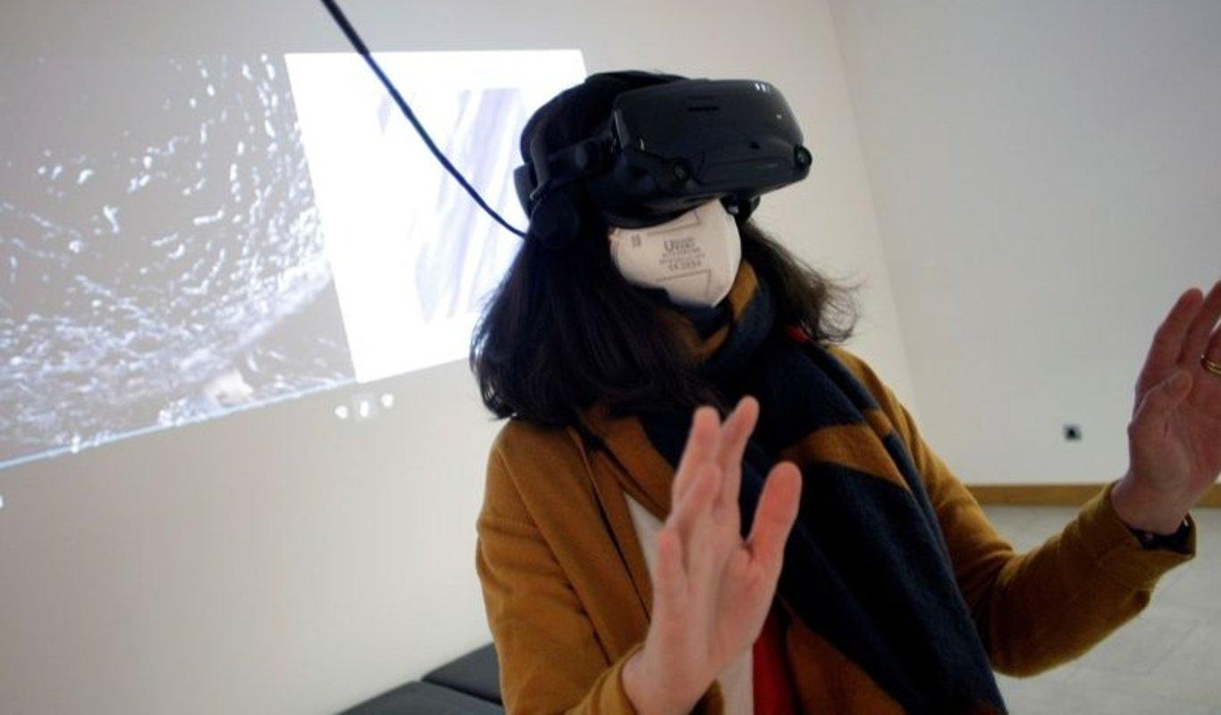 Una mujer con gafas de realidad aumentada disfruta del proyecto en una de las salas del MUV.