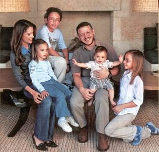 9f36392c9a65b La familia real de jordania pasa sus vacaciones en italia jpg 326x311 La  familia italiano