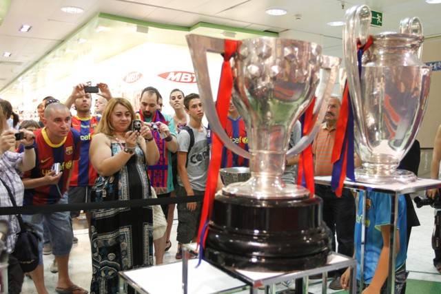 Las tres copas del barcelona en el corte ingles de vigo for Copas el corte ingles