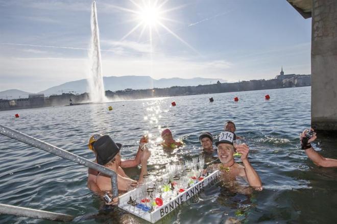 Baños Para Nuevo Ano: personas brindan con champán en las frías aguas del lago de Ginebra