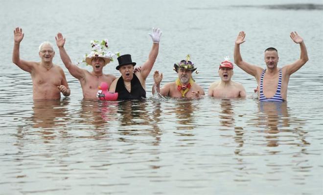 Baños Para Nuevo Ano:baño para recibir el Año Nuevo en el lago Orankesee de Berlín