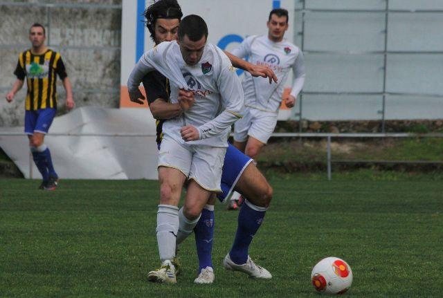Víctor Besada agarra a un jugador del Boiro.