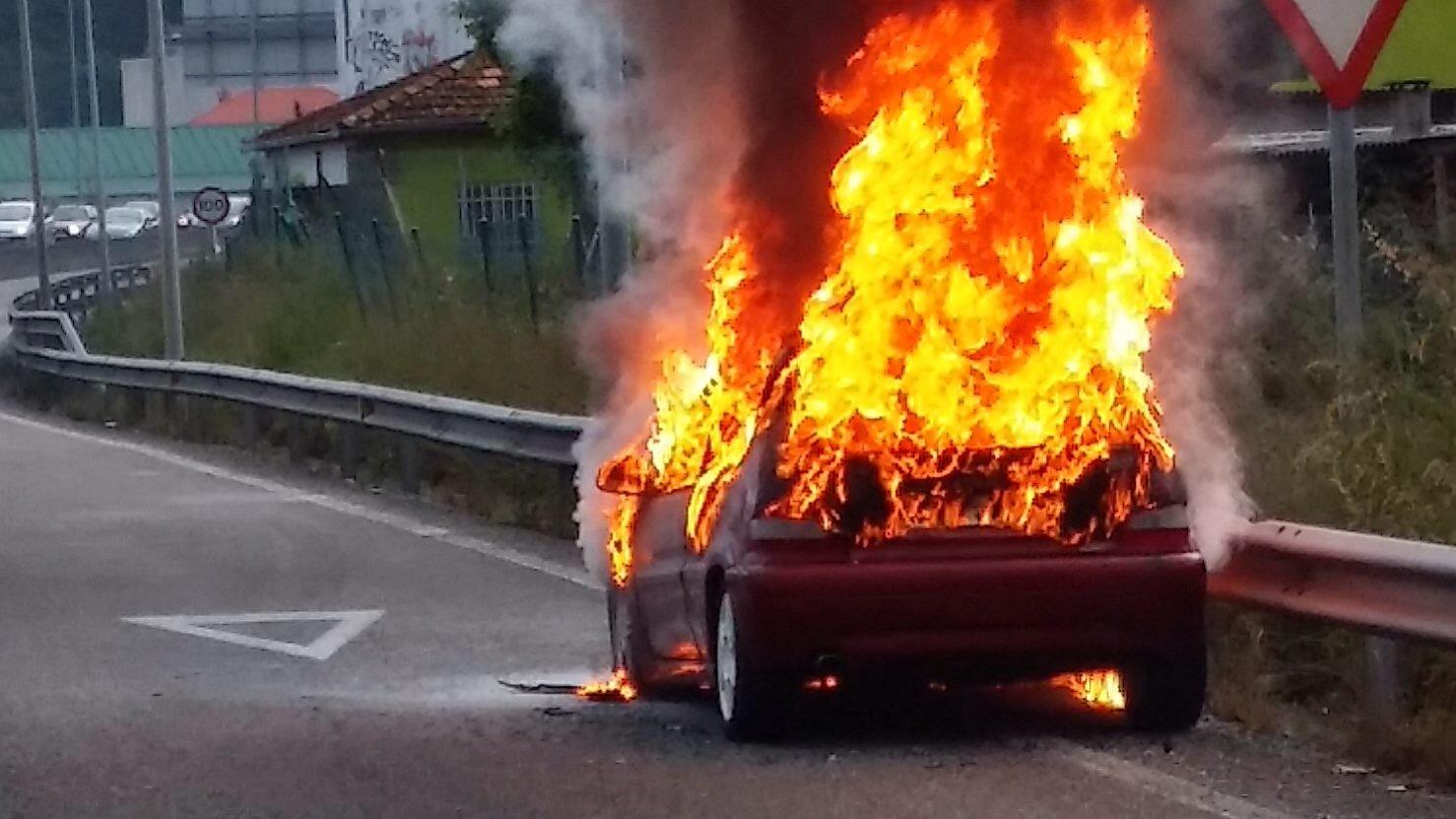 El coche ardió