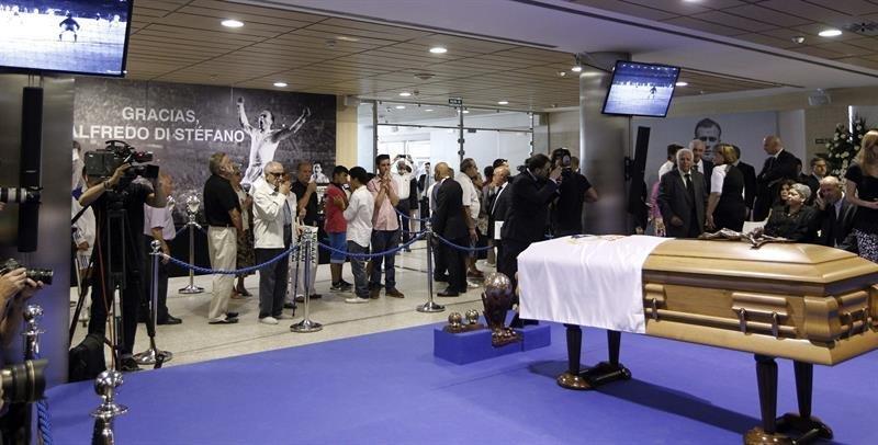 El madridismo acude en masa a despedir a di st fano for Telefono oficinas real madrid