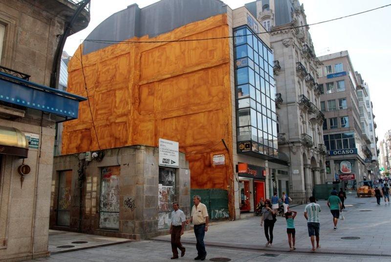 La lona con el mural de Lugrís tapará una medianera de la calle Príncipe.