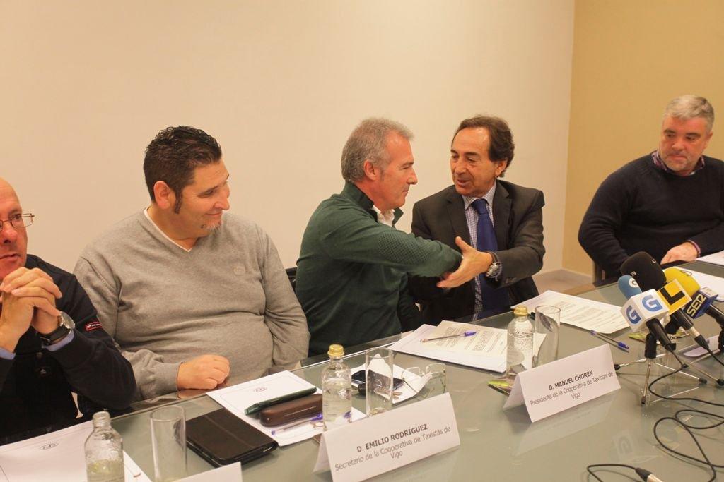 Manuel Chorén, de los taxistas, celebra el acuerdo con Salvador Arenere, ejecutivo de Eurofund.