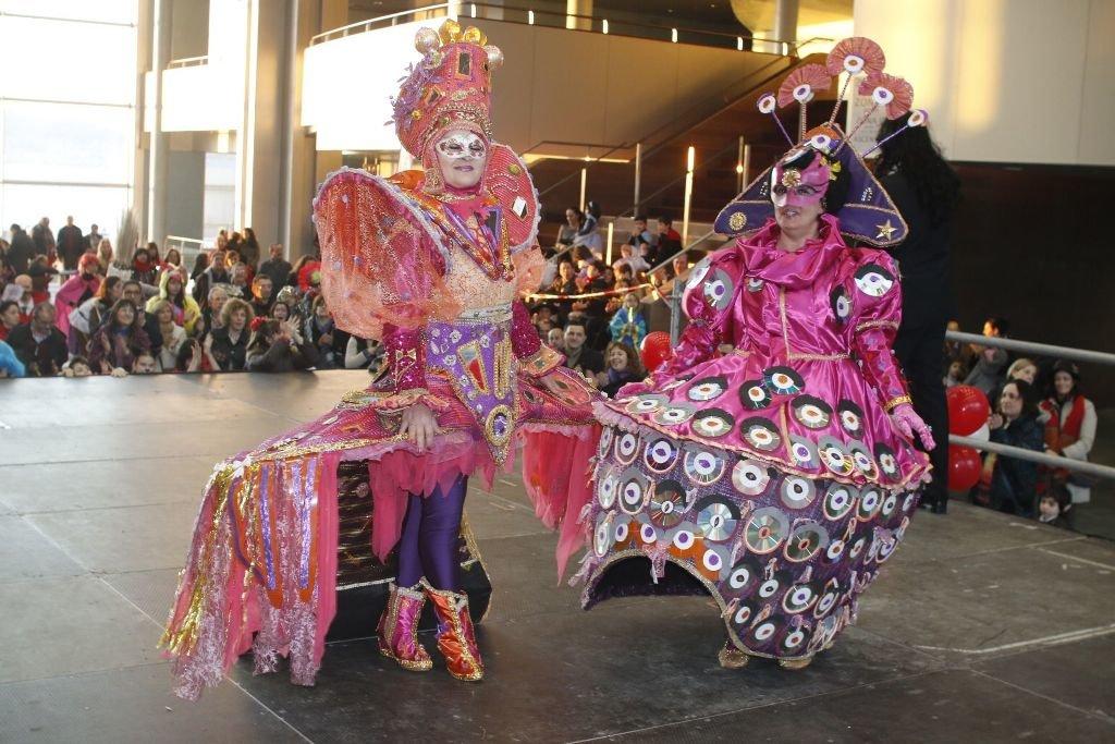La fantasía dominó en unos trajes realizados con material de reciclaje.