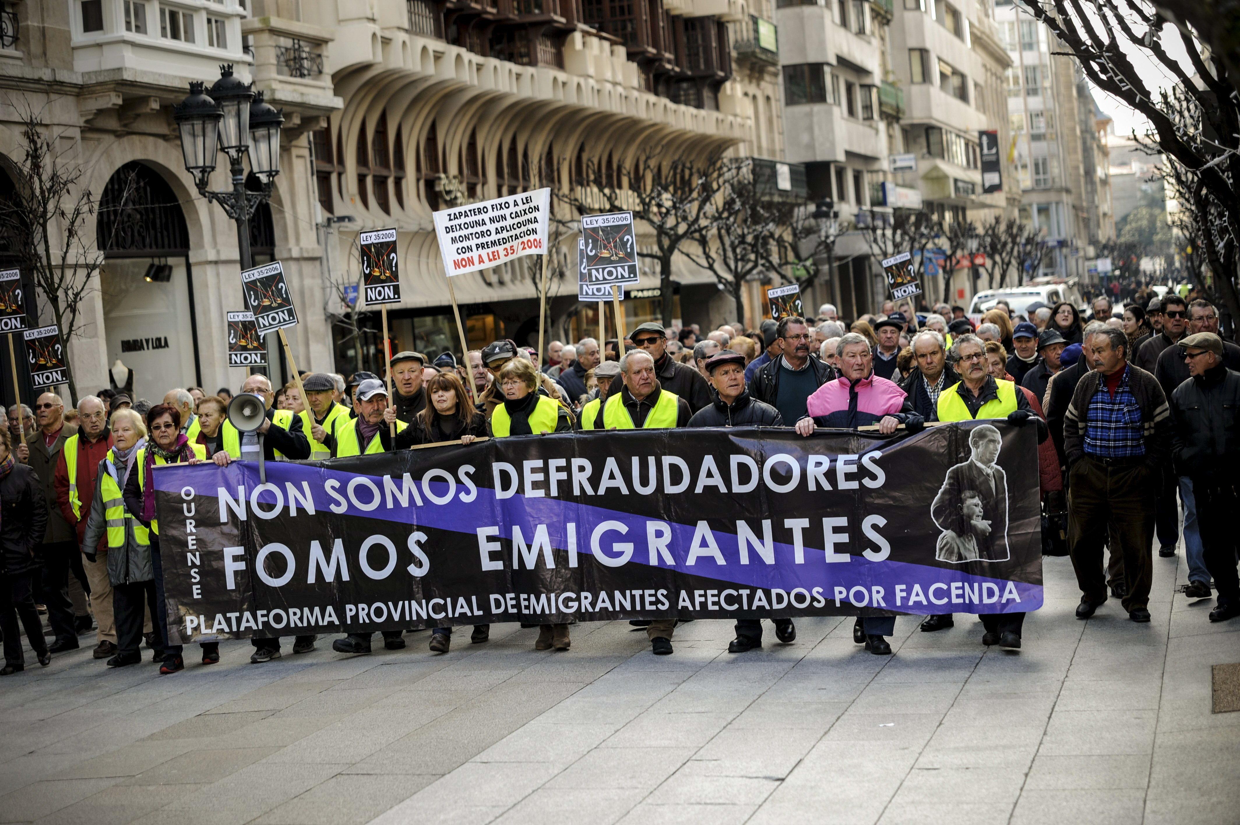 Emigrantes Retornados de Compostela, diante do edificio da AEAT, (Facenda de Salgueiriños) para continuar denunciando o expolio ao que son sometidos as e os emigrantes retornad@s.