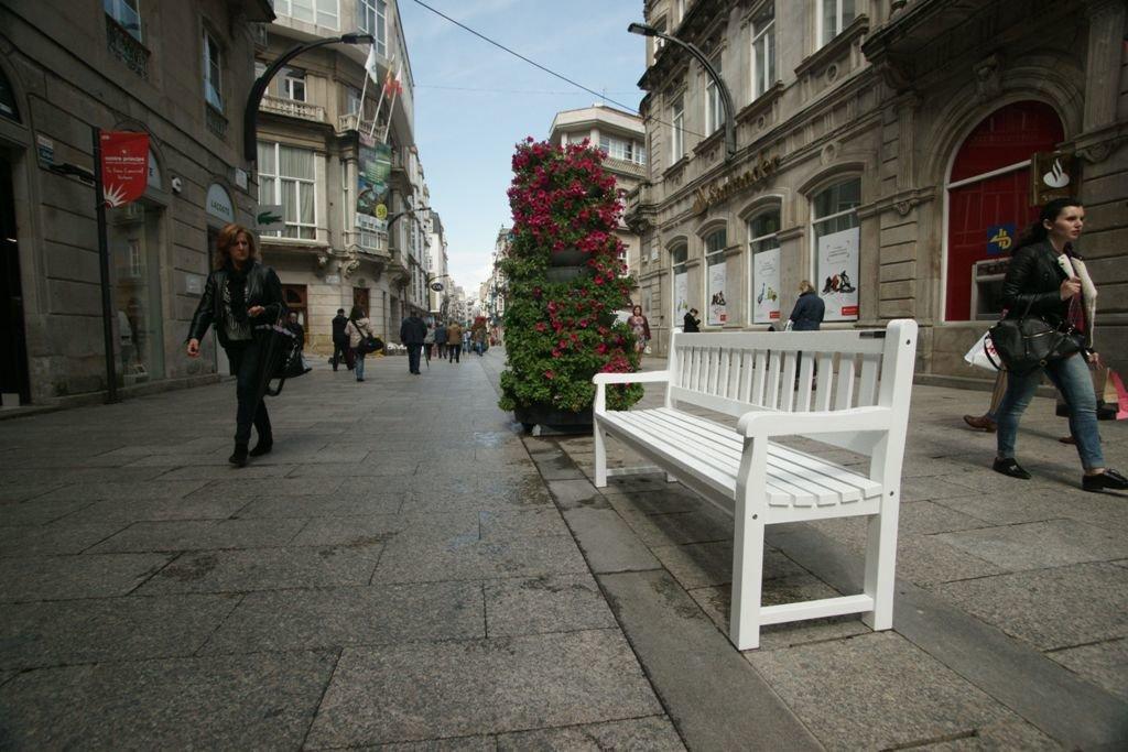 """Bancos de """"nuevo estilo"""" para la calle del Príncipe"""