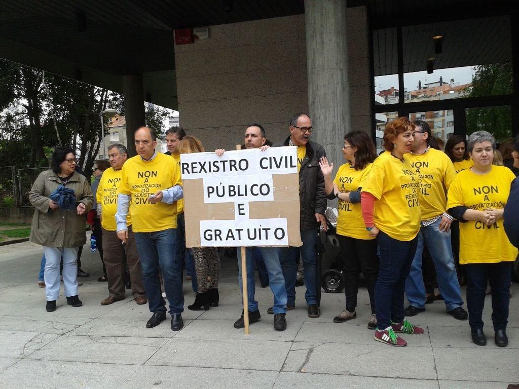 Personal judicial y del Registro Civil se concentró ayer de nuevo a las puertas de los juzgados de Vigo.