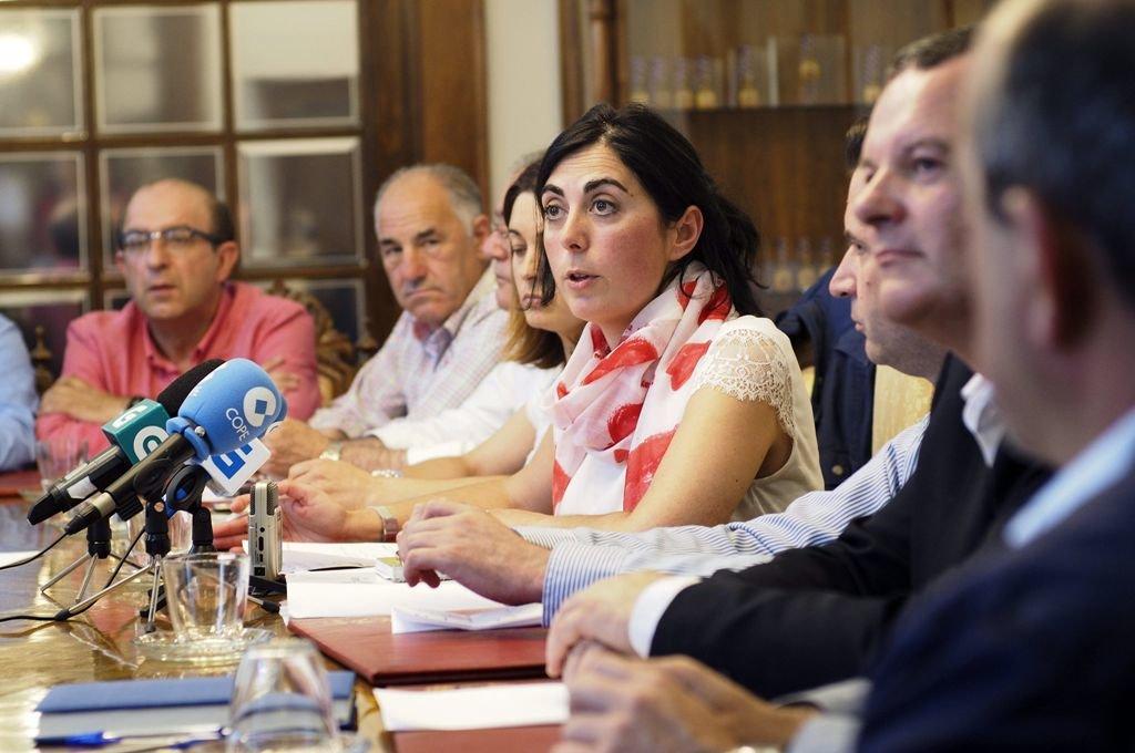 Elena Candia, durante una reunión con diputados provinciales lucenses.