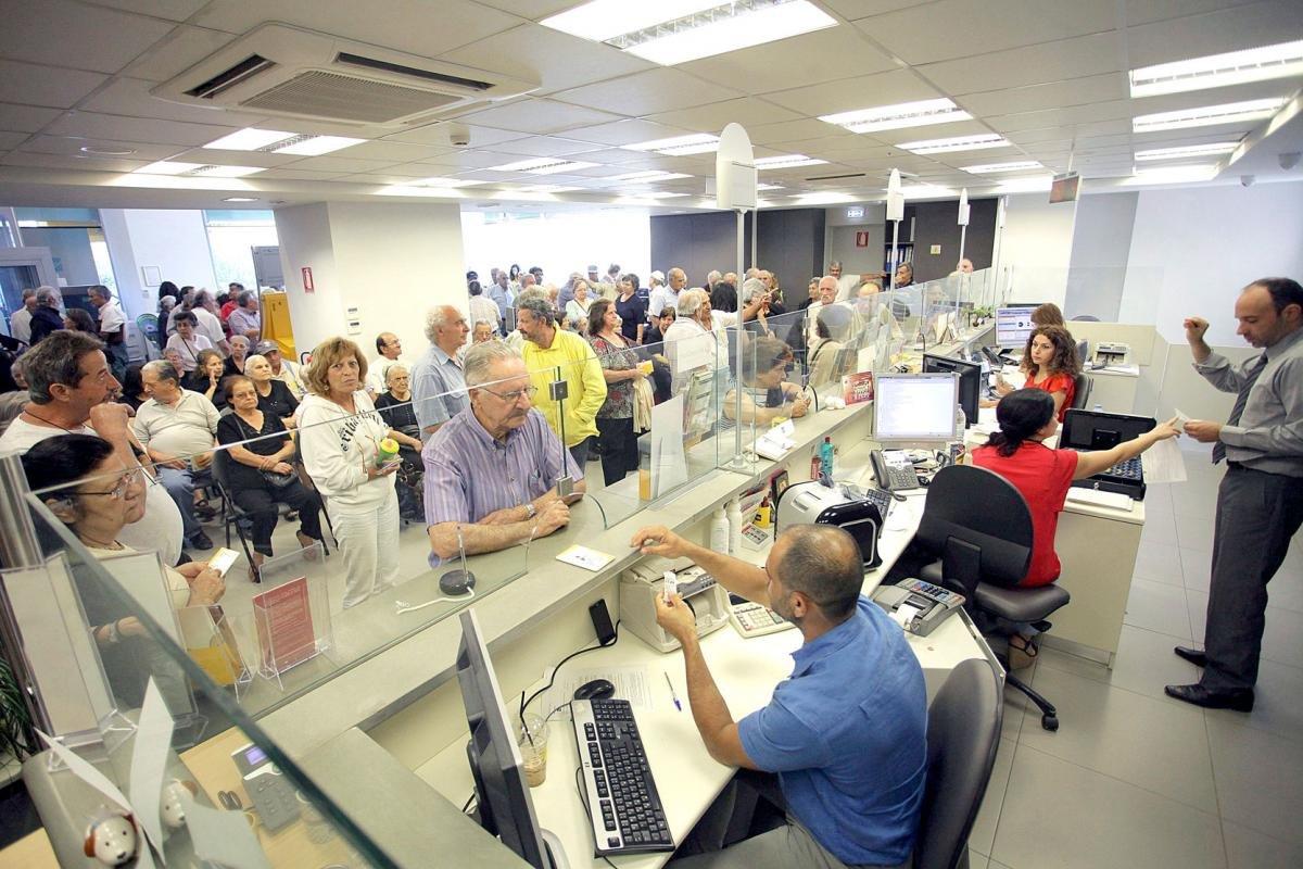 Funcas prev la eliminaci n de empleos en la banca for Oficinas de banco financiero
