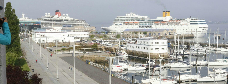Doble escala de cruceros en el puerto con miles de - Puerto de vigo cruceros ...