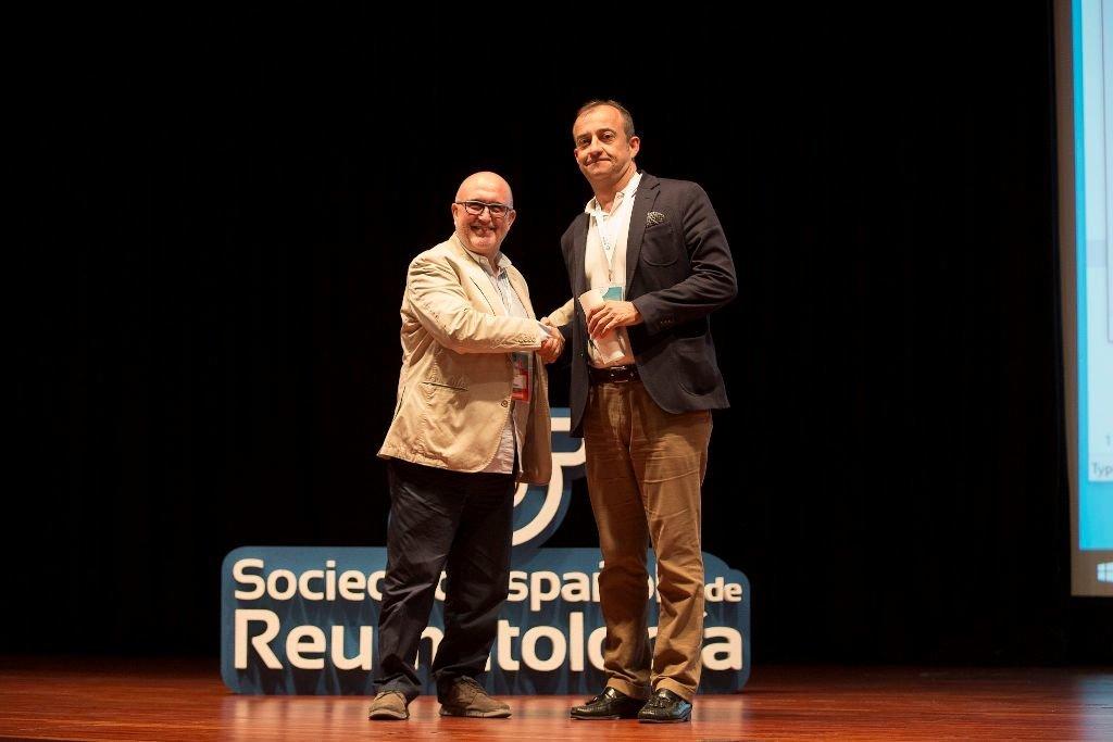 El doctor José María Pego, en el momento de recoger el premio.