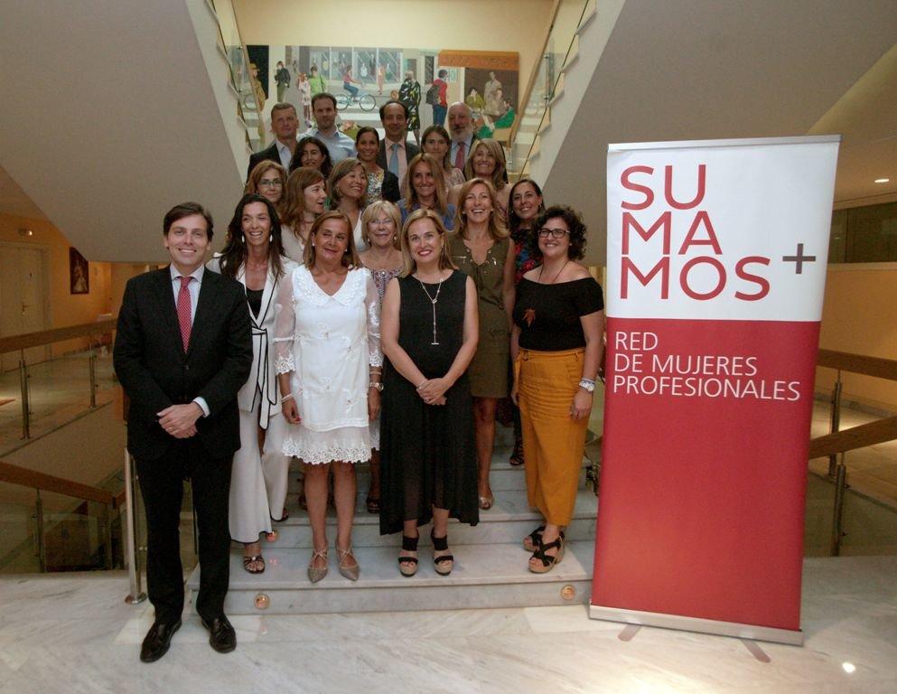 Carmela Silva y Elena Gómez del Pozuelo participaron en un  almuerzo-coloquio de Sumamos. 37f9c7a2dd0