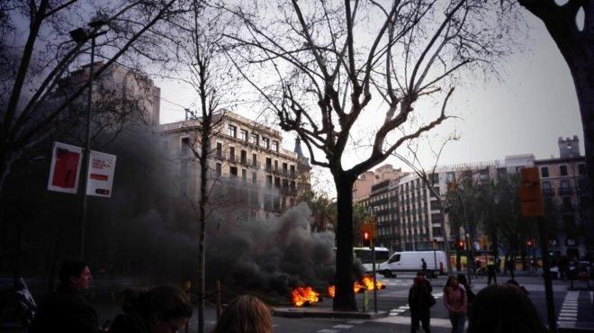cortan calles y queman neum ticos en barcelona al inicio