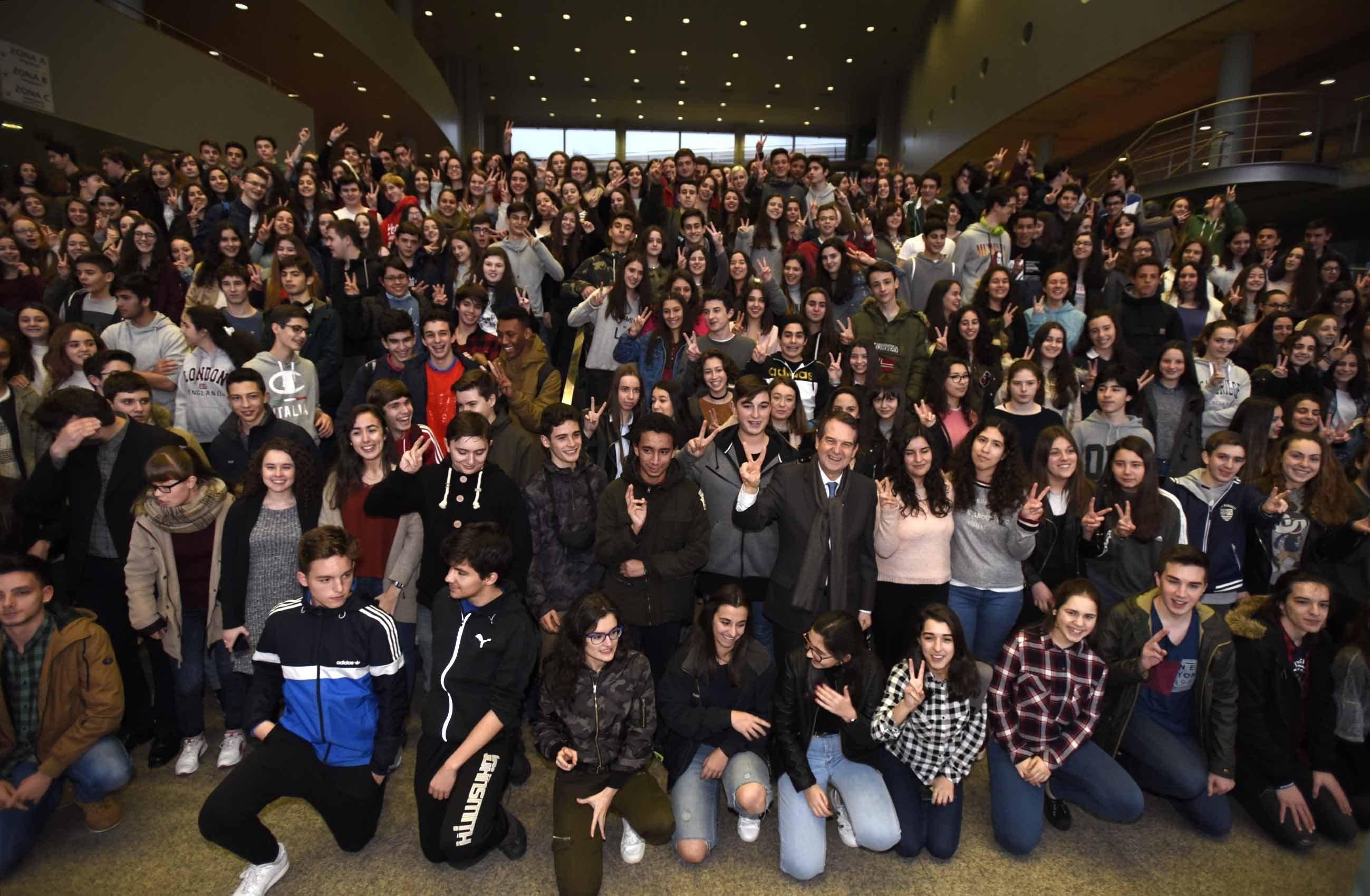 Caballero anuncia becas para comedor y viajes a for Becas comedor 2017 madrid