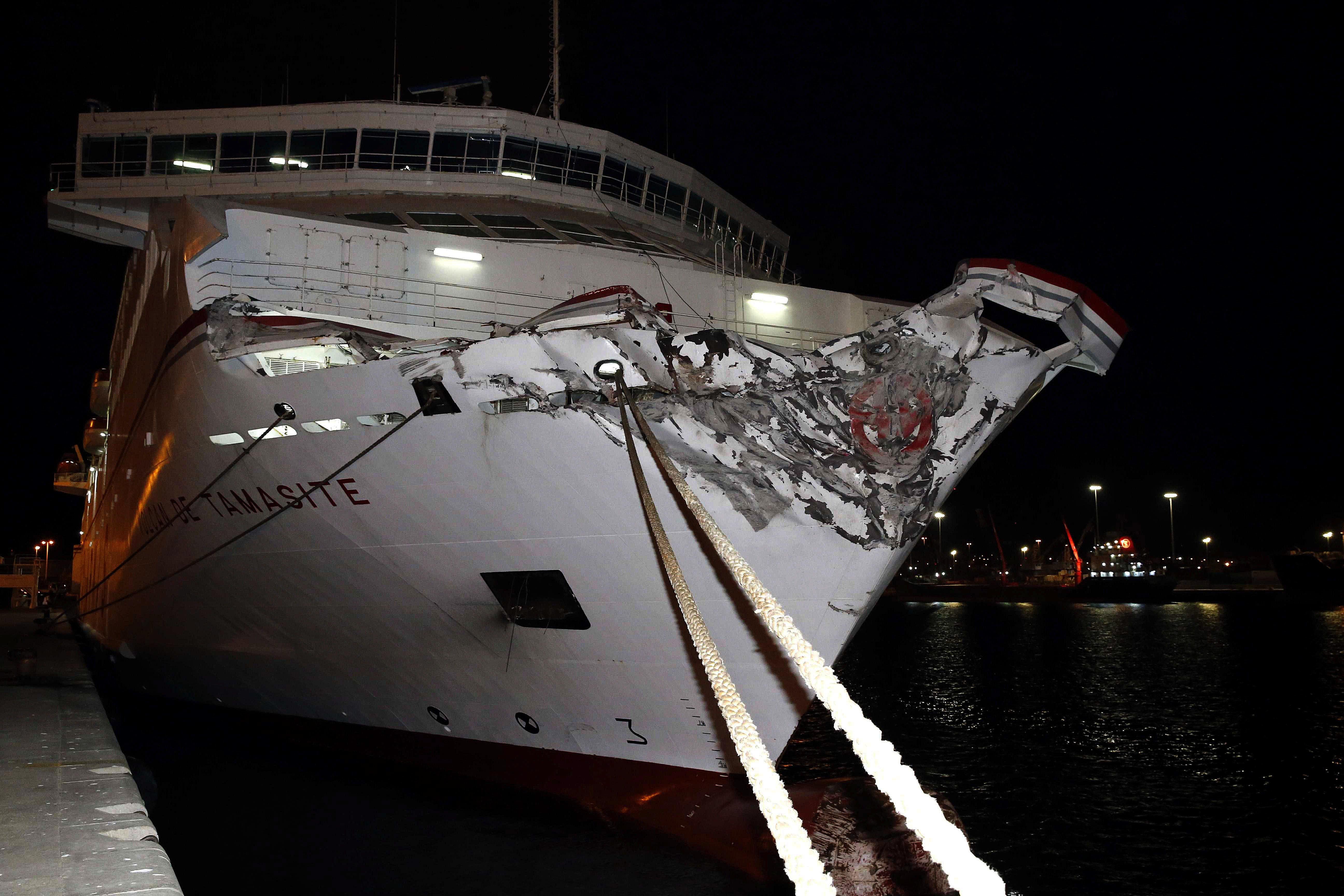 Colisiona en gran canaria un ferry construido por barreras for Horario oficina naviera armas las palmas