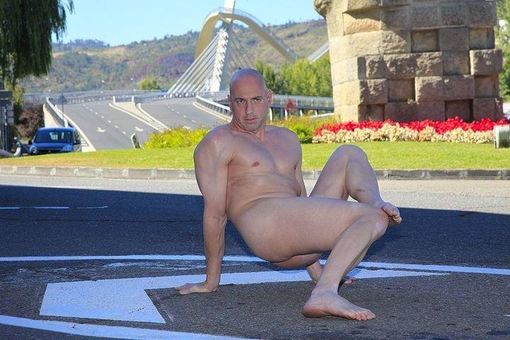 Hombre desnudo en la ciudad