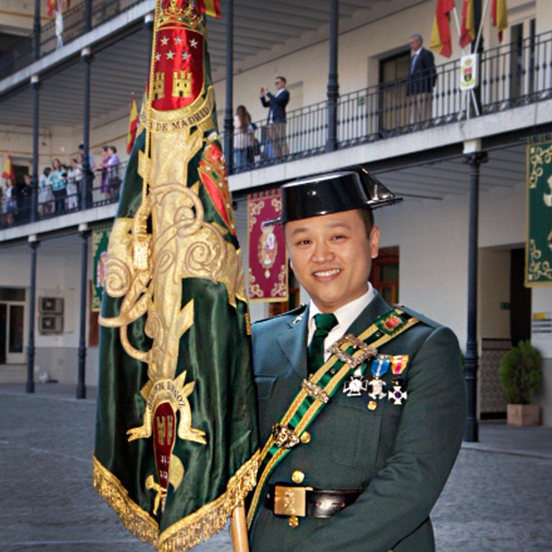 Li, abanderado de la Guardia Civil en un acto oficial.