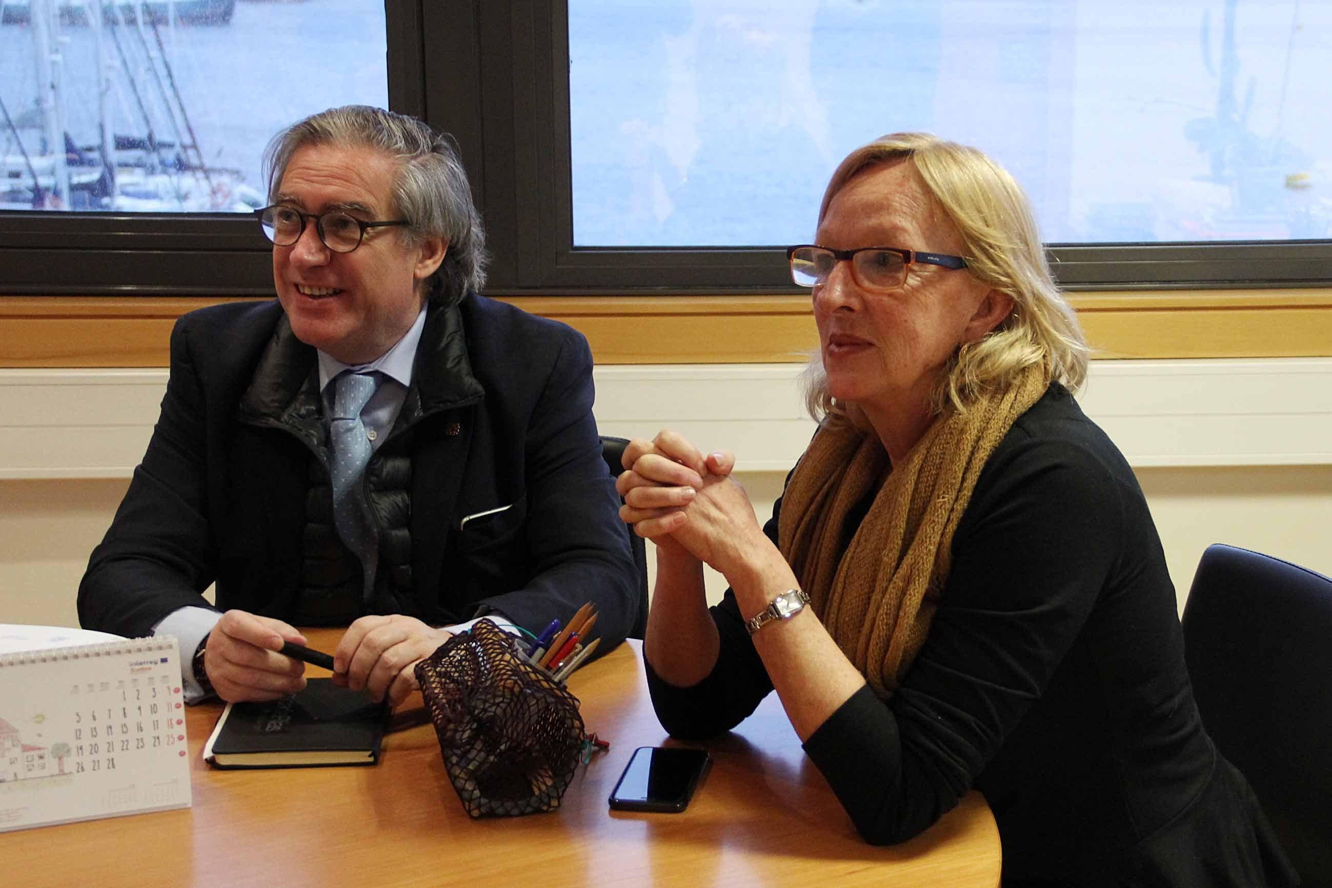 Alberto López Asenjo y Paloma Rueda ayer en Vigo reunidos en el Cetmar.
