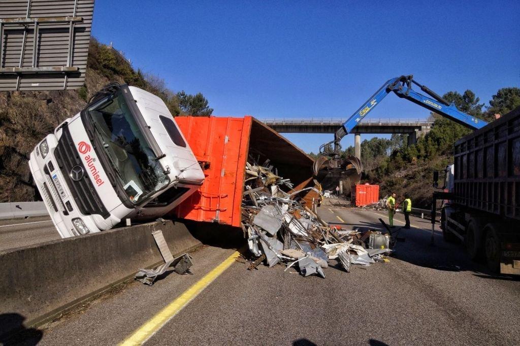Retenciones kilométricas en la A-55 por el accidente de un camión // Vicente