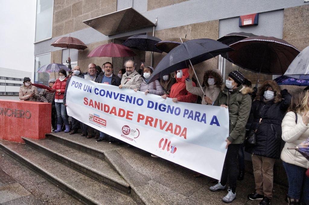 Los trabajadores se concentraron ayer bajo la lluvia ante las puertas del Sanatorio Concheiro.
