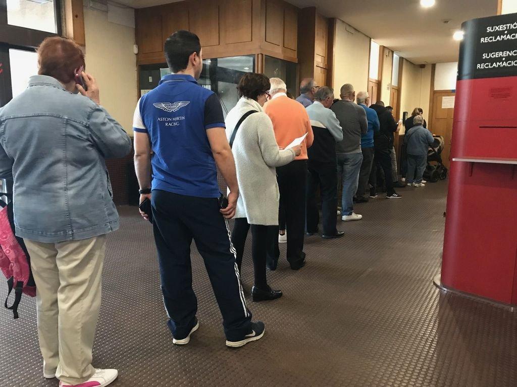 El registro civil de vigo se colapsa con largas colas for Oficinas banco pastor vigo