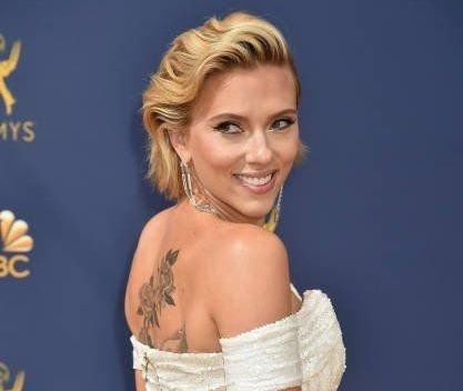 Resultado de imagen de Scarlett Johansson descubre un tatuaje oculto en los Emmys 2018