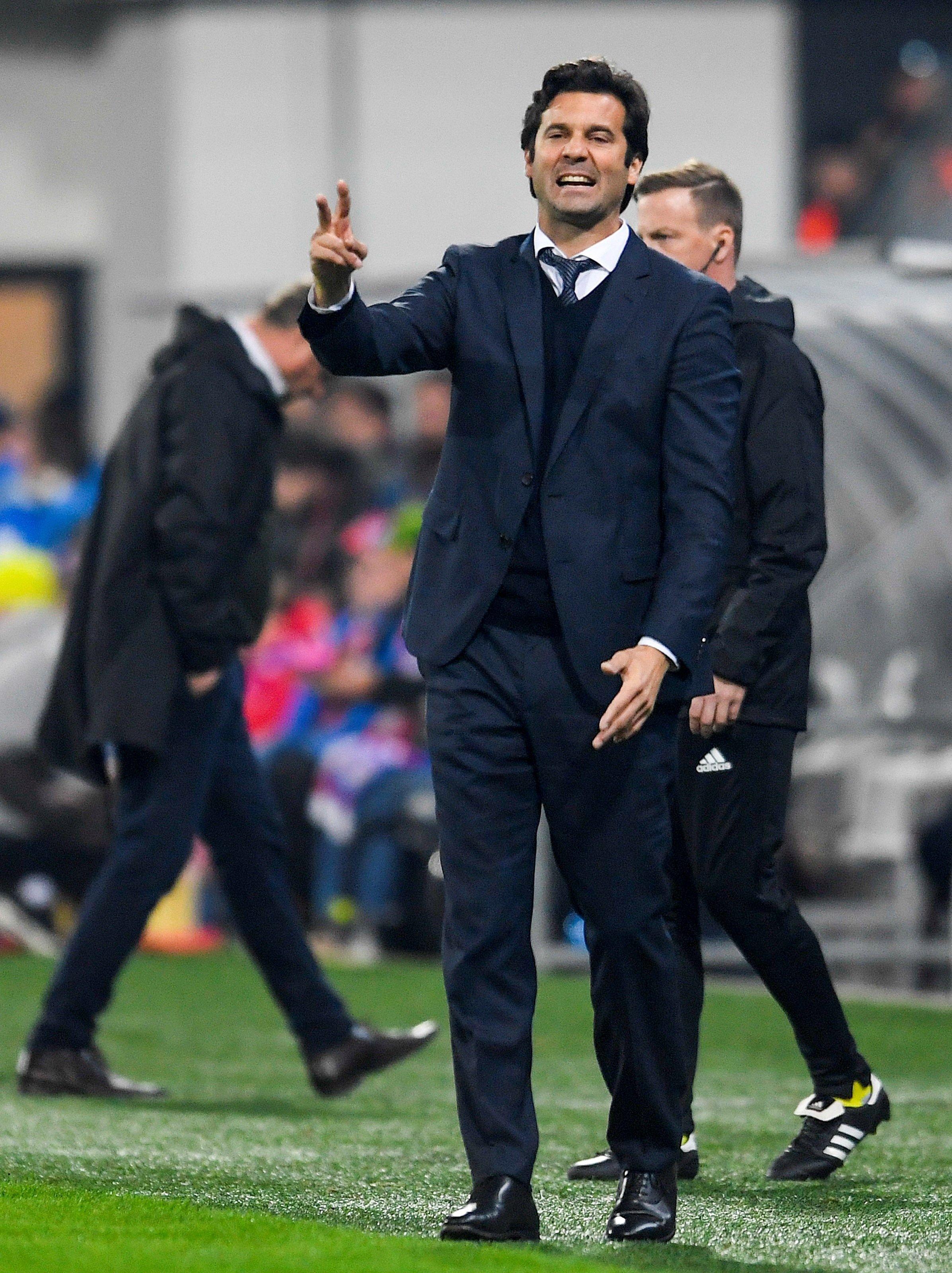 Santiago Solari da instrucciones a sus jugadores en el último partido del  Real Madrid 5d5b371385ee6