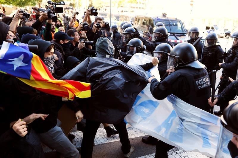 Cargas policiales durante la manifestación de los Comités de Defensa de la República (CDR) en Barcelona, para contrarrestar otra movilización policial en el centro de la ciudad.