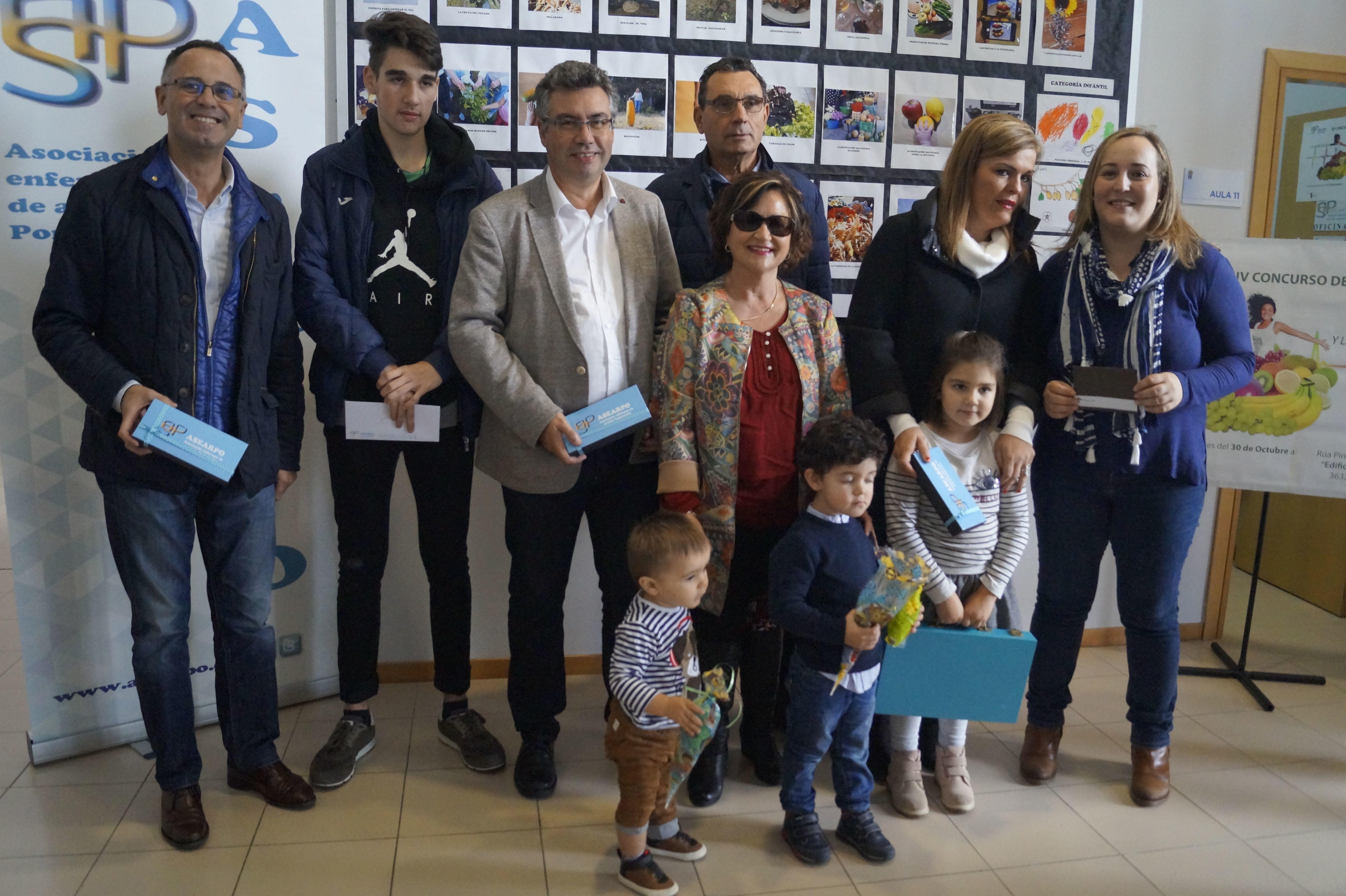 El alcalde de Redondela y miembros de Asearpo, ayer en el premio de fotos.