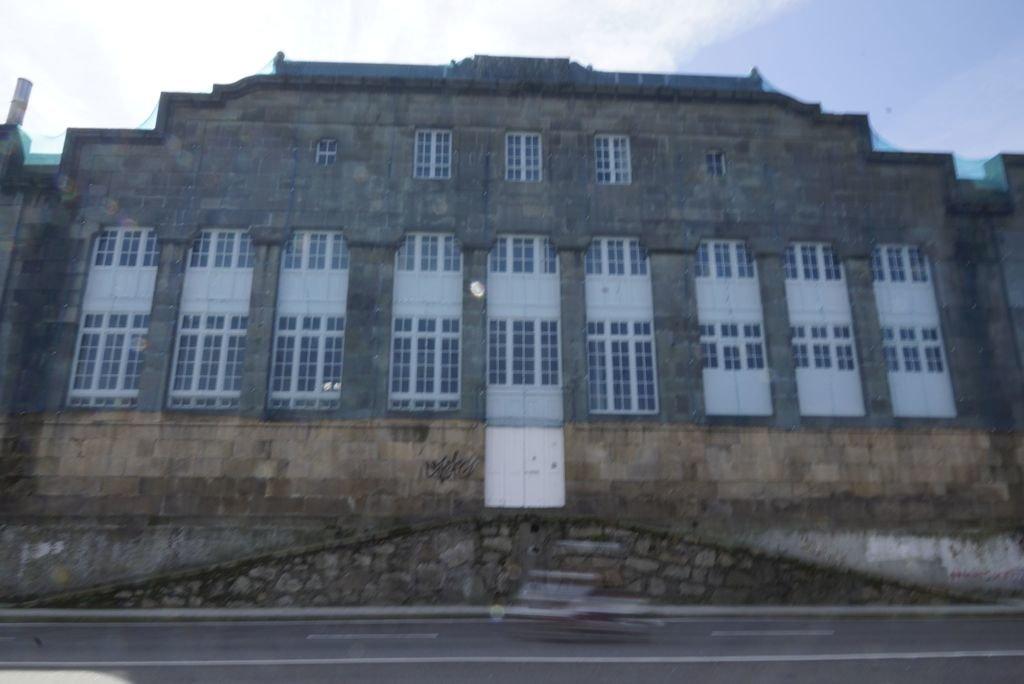 La fachada que da a la Avenida Beiramar.