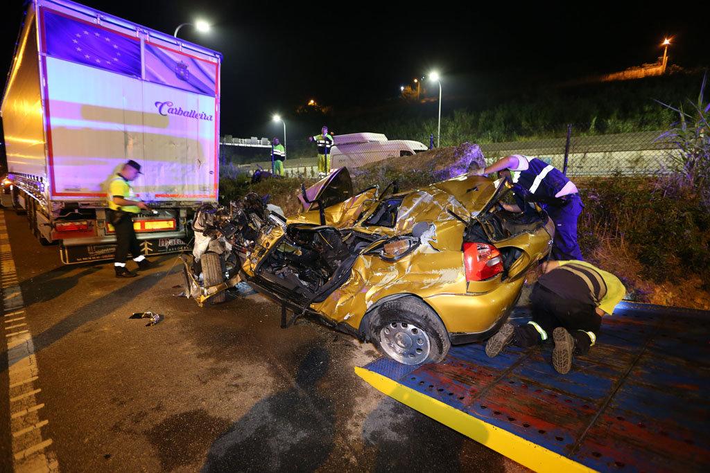 El vehículo y el camión tras el accidente // Alberte