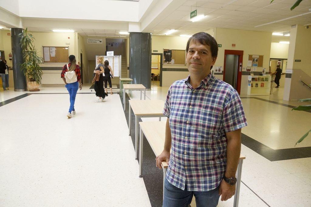 Dionisio Martínez Soler, en el vestíbulo de la EOI.