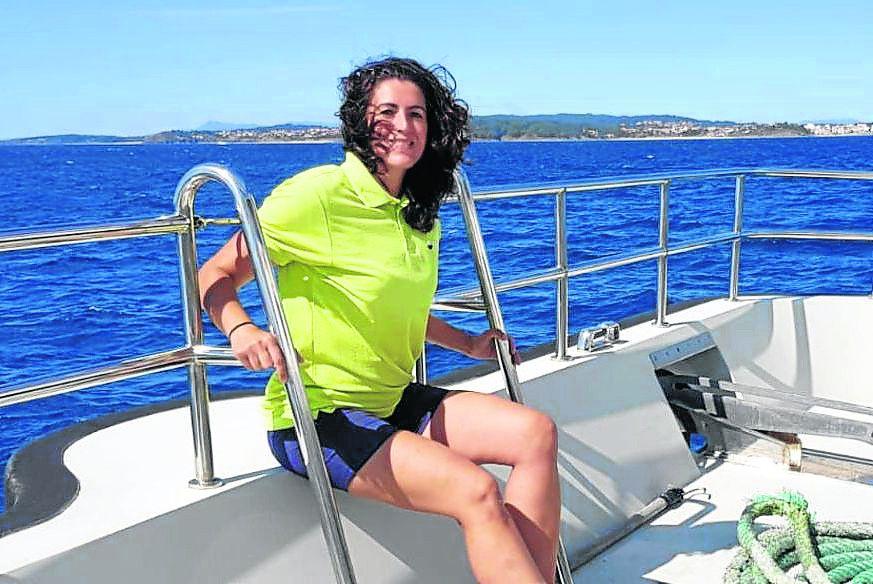 Nuria Sanjuás, a bordo de un barco de transporte en la Ría